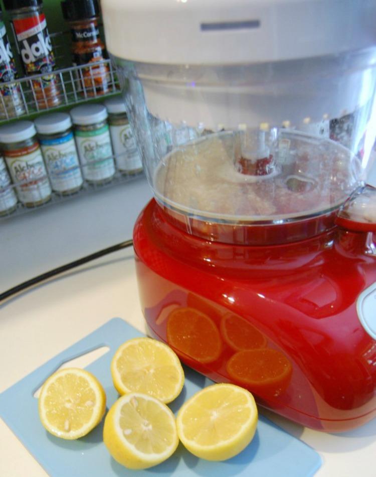 using blender to make lemonade