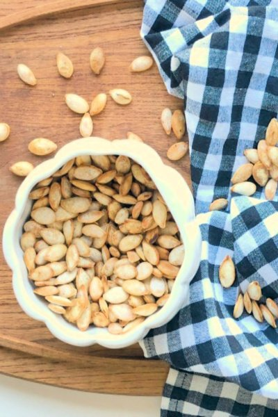 roasted-pumpkin-seeds-my-home-and-travels- featured image bowl
