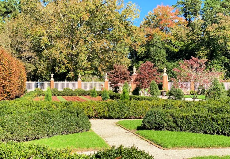 visit-to-williamsburg-my-home-and-travels governors mansion gardens
