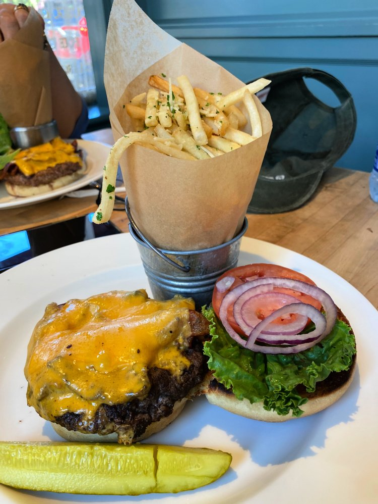 visit-to-williamsburg-my-home-and-travels talon restaurant burger